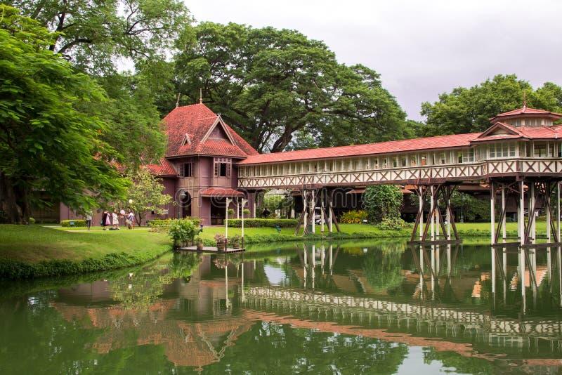 Der alte hölzerne Palast ist bei Nakornpathom so schön stockfotos