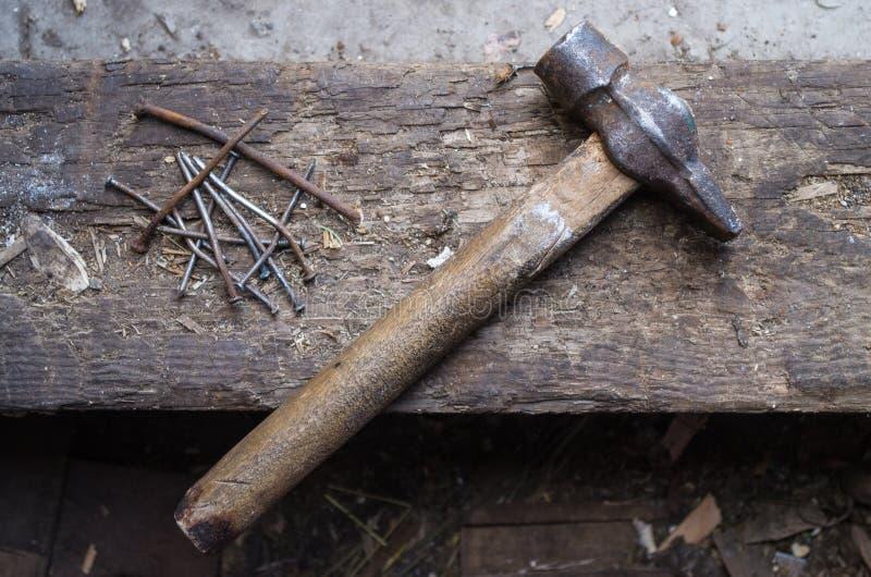 Der alte Hammer und die rostigen Nägel stockbild