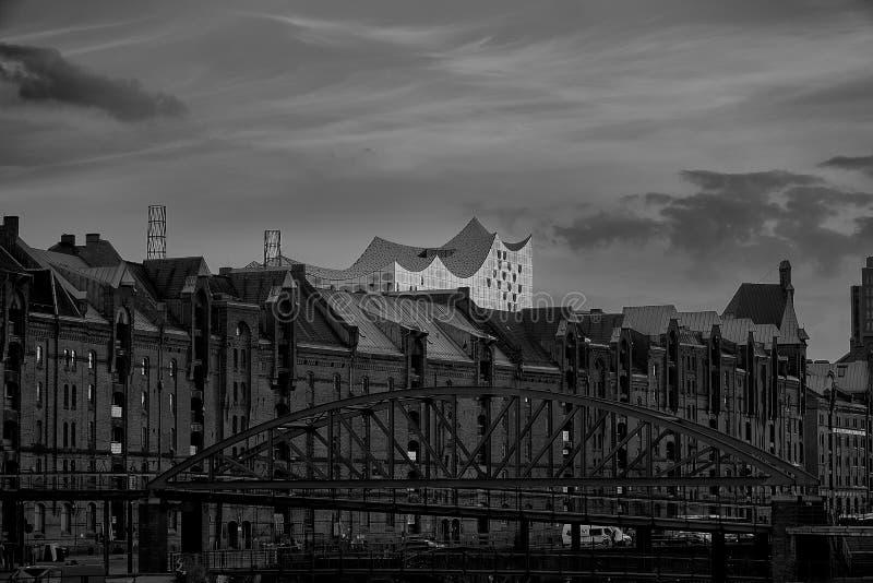 Der alte Lagerbezirk Speicherstadt in Hamburg, Deutschland mit Elbphilharmonie-Konzertsaal im Hintergrund, stockbild