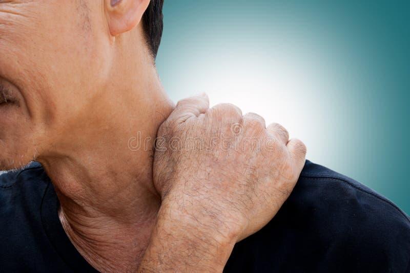 Der alte Mann hat die Schmerz im Hals lizenzfreie stockfotos