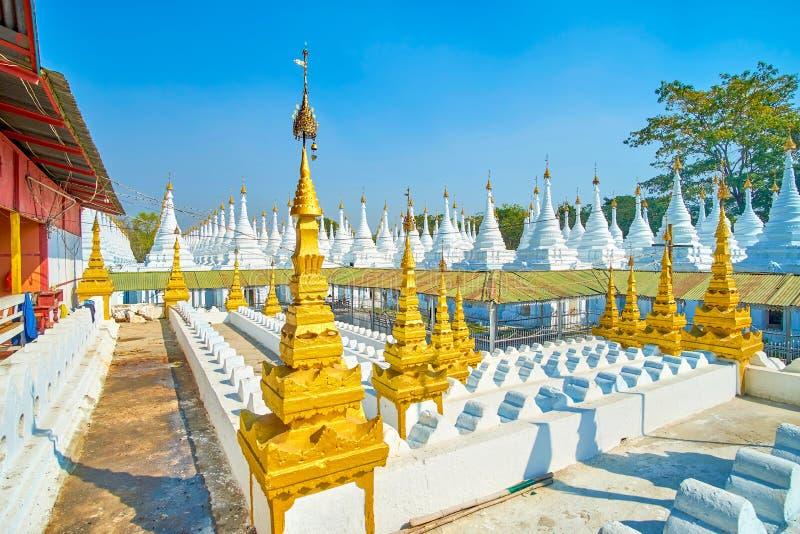 Der alte Religionskomplex mit Wiederherstellungen stupas, Mandalay, Myanmar lizenzfreies stockbild