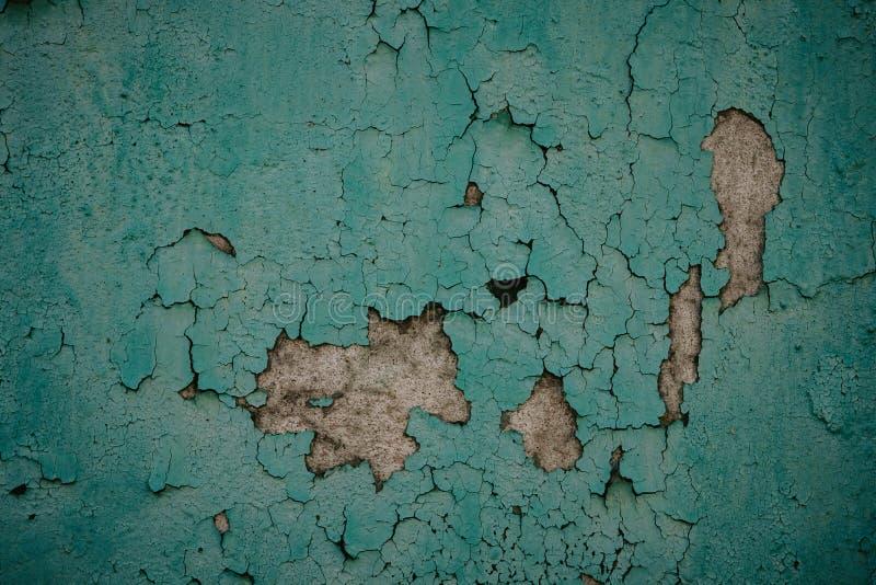 Der alte Schmutz, der verwittert wurde, zerbröckelte, grünem gemaltem vergipstem Hausmaueroberflächen-Detailabschluß als Hintergr stockbild
