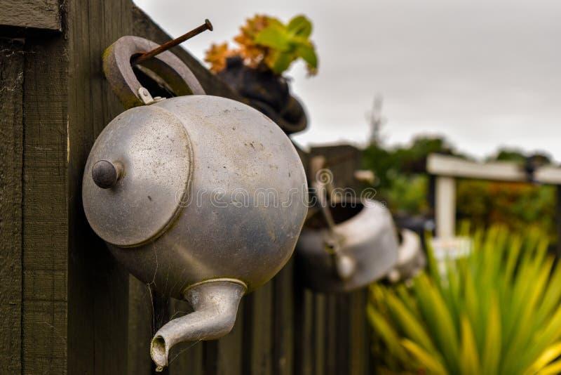 Der alte Teetopf als Dekoration lizenzfreie stockfotografie