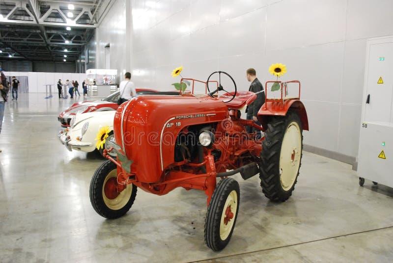 Der alte Traktor von Porsche an einer Ausstellung in Krokus-Ausstellung 2012 moskau lizenzfreie stockfotos