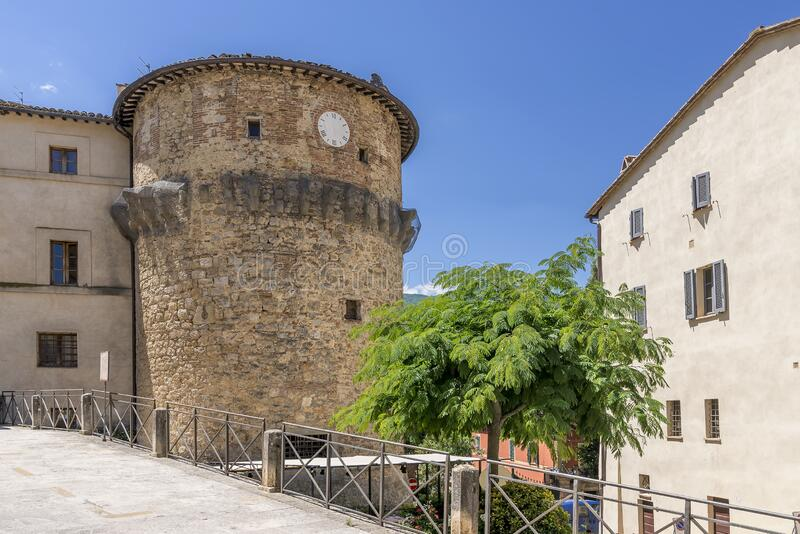 Der alte Turm von Rivellino im historischen Zentrum von Cetona, Siena, Italien lizenzfreies stockbild