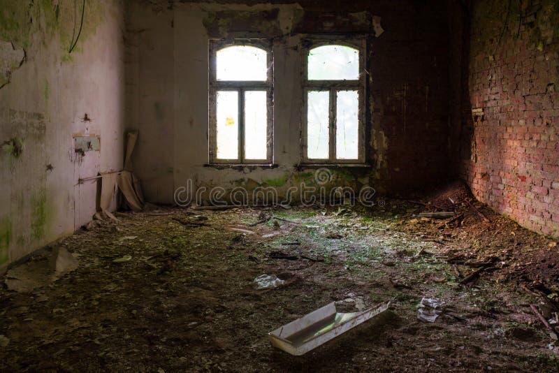 Der alte und ruinierte Raum eines Gebäudes, verlorene Plätze lizenzfreies stockbild