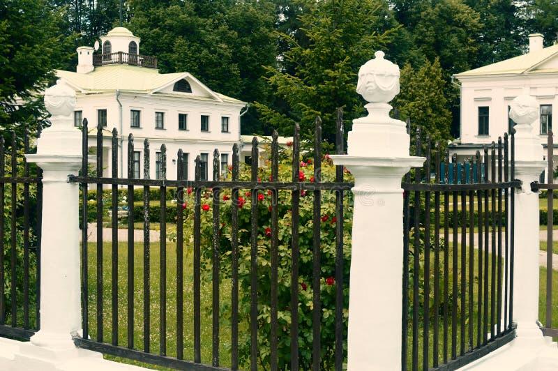 Der alte weiße Palast in Russland stockbilder