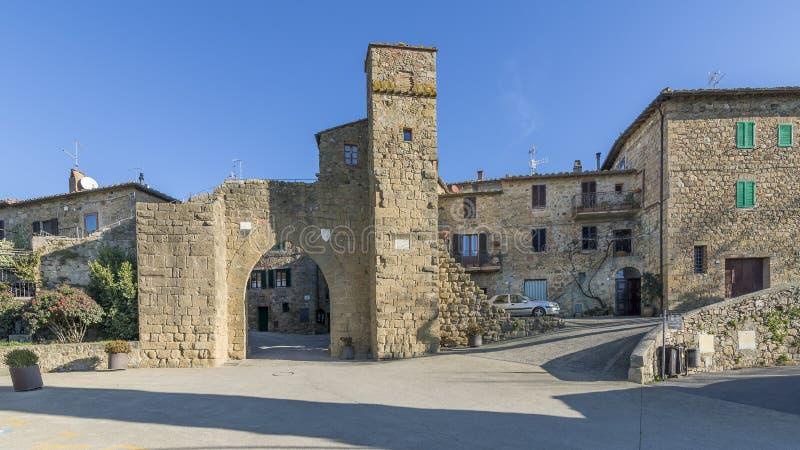 Der alte Zugang zum mittelalterlichen Dorf von Monticchiello, Siena, Toskana, Italien stockfoto