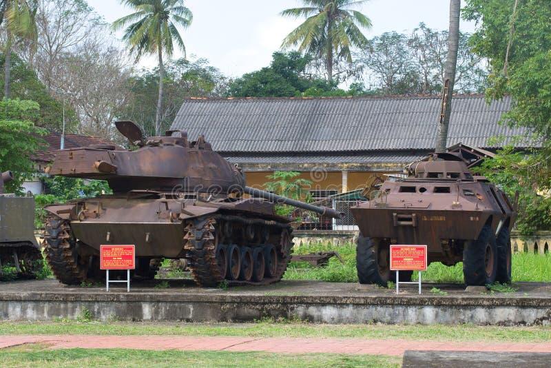 Der amerikanische Behälter M-41 und das gepanzerte MTW im Stadtmuseum Farbe, Vietnam stockfoto