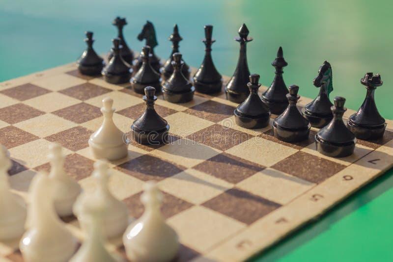 Der Anfang des Spiels, die erste Bewegung stockbilder