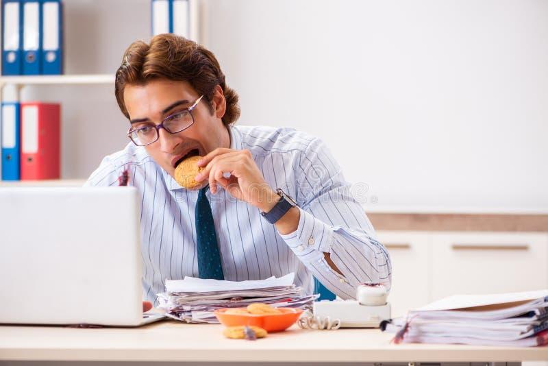 Der Angestellte, der Nahrung mit den Schaben herum kriechen isst stockbilder