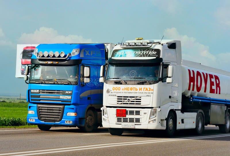 Der Anhänger transportiert Autos auf der Autobahn stockbilder