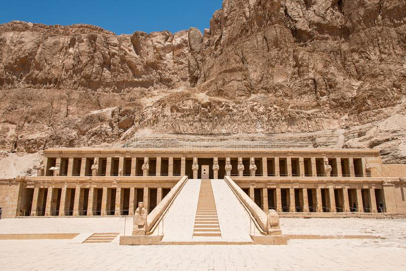 Der antike Tempel des weiblichen pharao Hatchepsut nahe Luxor in ?gypten stockfotografie