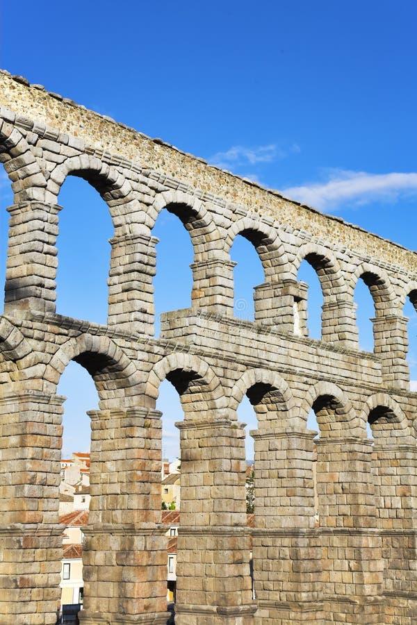 Der Aquädukt und der alte Segovia stockbilder