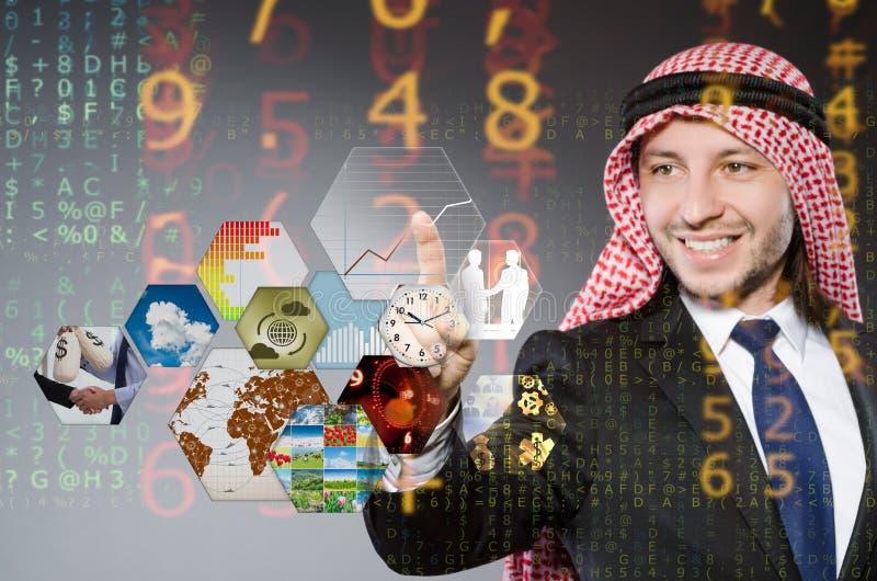Der arabische Geschäftsmann, der virtuelle Knöpfe bedrängt stockfotos