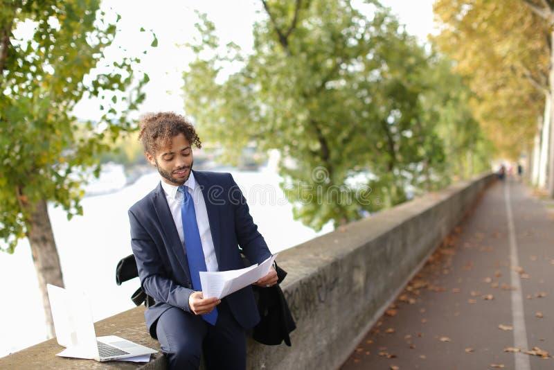 Der arabische Student, der vor Prüfungen sich vorbereitet, nähern sich Eiffelturm mit La lizenzfreies stockbild