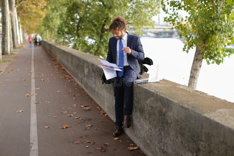 Der arabische Student, der vor Prüfungen sich vorbereitet, nähern sich Eiffelturm mit La stockfoto