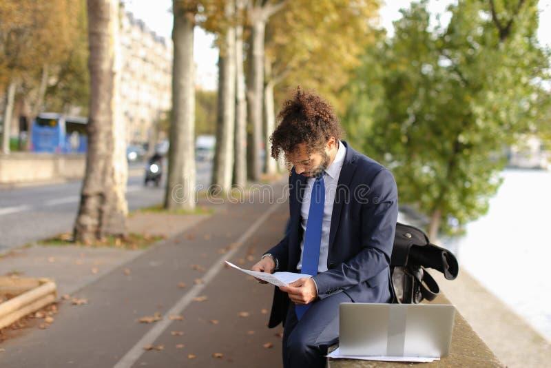 Der arabische Student, der vor Prüfungen sich vorbereitet, nähern sich Eiffelturm mit La lizenzfreies stockfoto