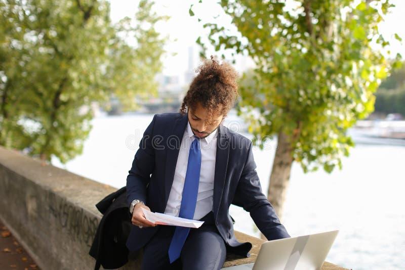 Der arabische Student, der vor Prüfungen sich vorbereitet, nähern sich Eiffelturm mit La lizenzfreie stockfotografie