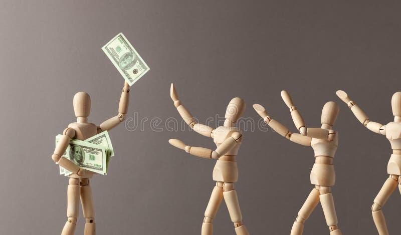 Der Arbeitgeber gibt heraus oder bietet ein Gehalt Angestellten an Eine Person macht eine Spende Der Mann hob die Rechnung oben a stockbild