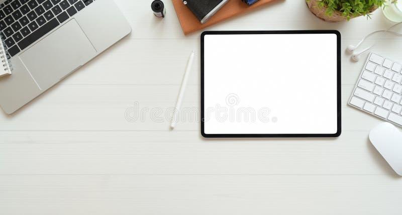 Der Arbeitsplatz des Fotografen mit Tablette des leeren Bildschirms lizenzfreie stockfotos