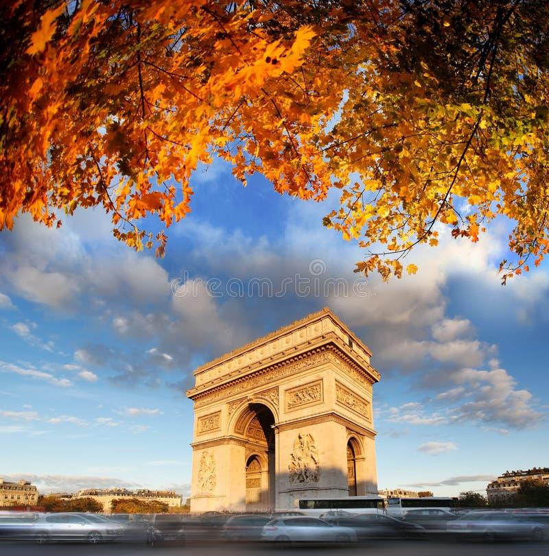 Der Arc de Triomphe im Herbst, Paris, stockfoto