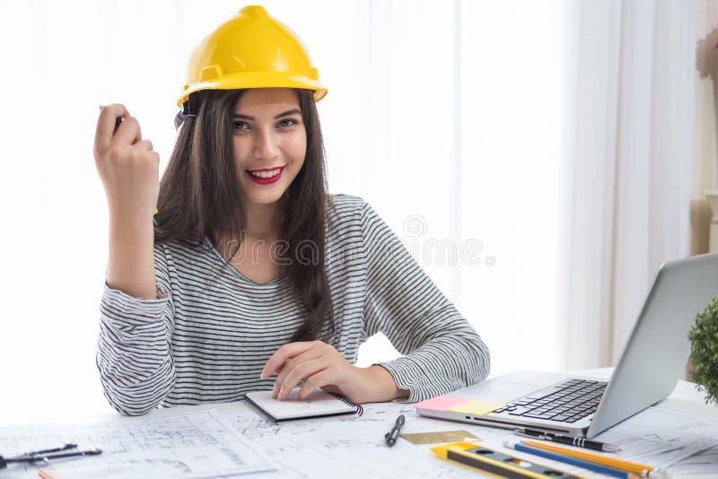 Der Architekt oder Planer, die an Zeichnungen für Bau arbeiten, plant lizenzfreie stockfotografie