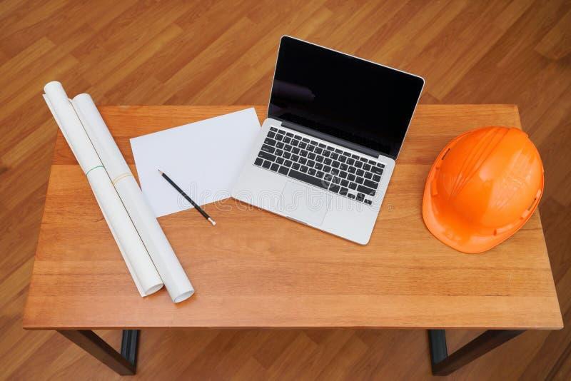Der Architekt, der an Plan arbeitet, führen inspective an Arbeitsplatz, Architekturprojekt, das Baukonzept aus und führen Werkzeu lizenzfreie stockfotos