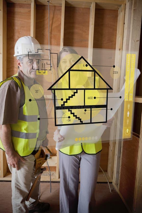 Der Architekt und Vorarbeiter, die hinter Haus stehen, planen Schnittstelle stockfoto
