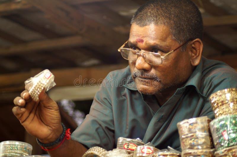 Der Armband-Verkäufer stockbild