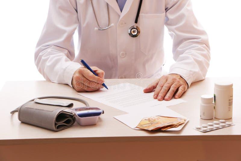Der Arzt unterzeichnet einen Vertrag mit dem Patienten stockbilder