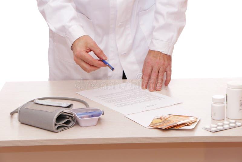 Der Arzt unterzeichnet einen Vertrag mit dem Patienten stockfoto