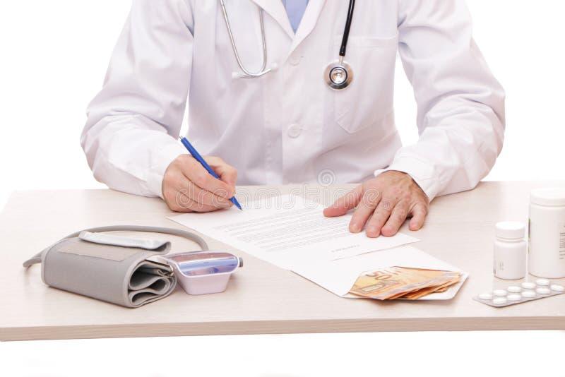 Der Arzt unterzeichnet einen Vertrag mit dem Patienten stockfotos