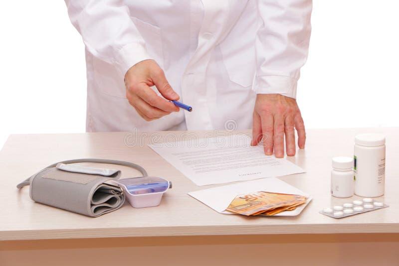 Der Arzt unterzeichnet einen Vertrag mit dem Patienten stockfotografie