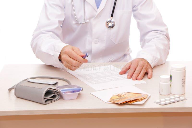 Der Arzt unterzeichnet einen Vertrag mit dem Patienten stockbild