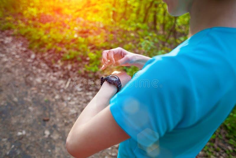 Der Athlet betrachtet seine Uhr lizenzfreie stockfotografie