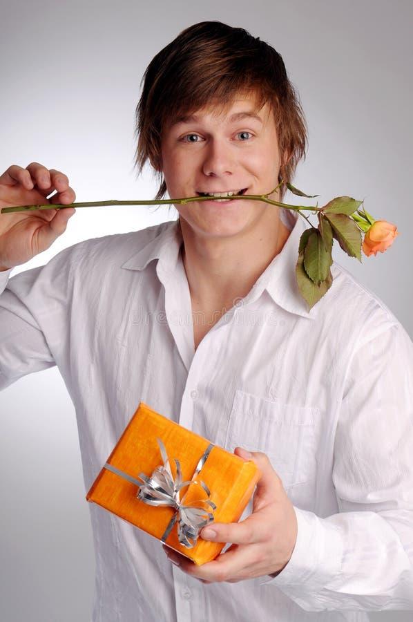 Der attraktive junge Mann lizenzfreies stockbild