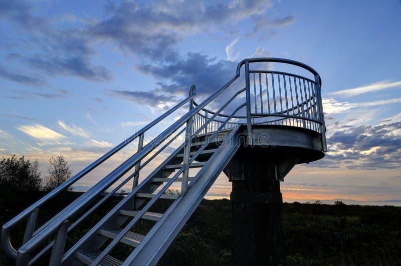 Der Ausblickturm gegen Sonnenunterganghimmel lizenzfreies stockbild