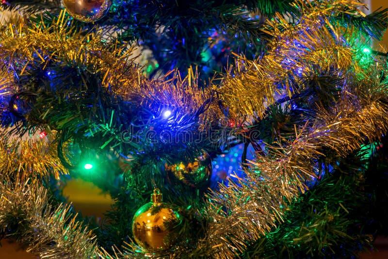 Der ausführliche Blick auf Weihnachtsdekorationen auf Weihnachtsbaum lizenzfreie stockbilder