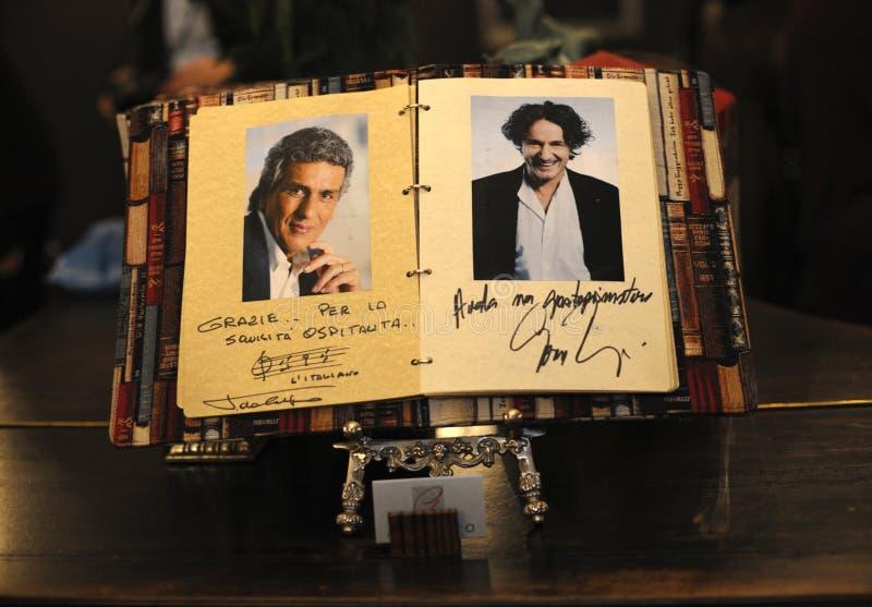 Der Autograph von Toto Cutugno, einem italienischen Sänger Im Hotel Alfavito vor dem Konzert stockbild