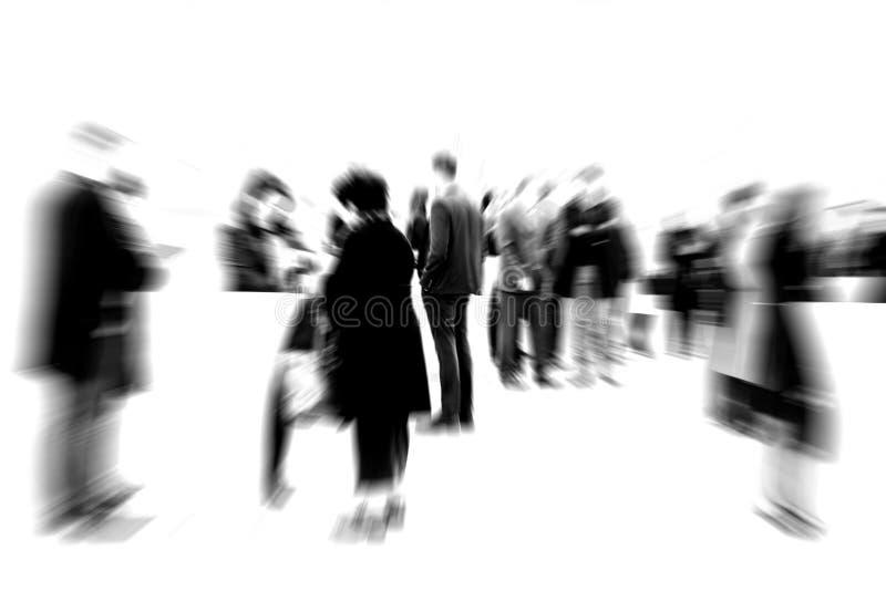 Der bärtige Mann, der mit den Armen steht, kreuzte im forground stockfoto