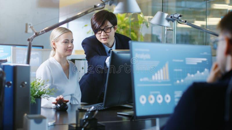 In der Büro-Geschäftsfrau Sitting in ihren Schreibtisch-Gesprächen mit ihr lizenzfreie stockfotos