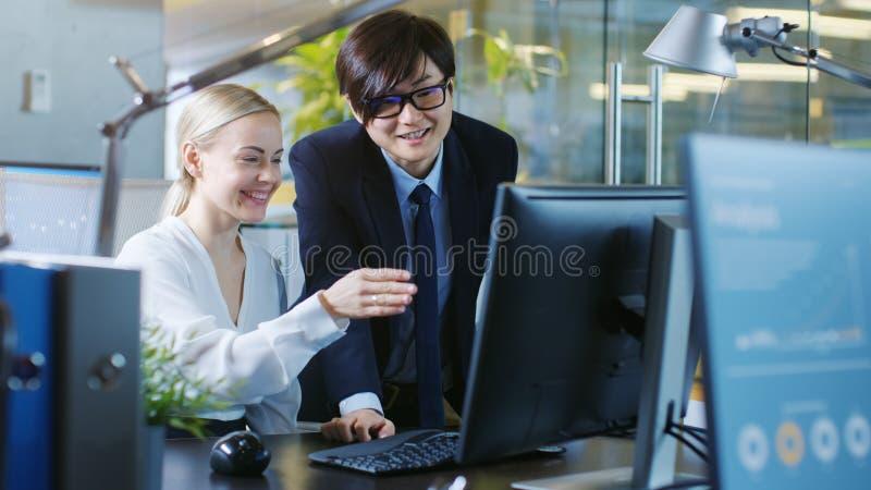 In der Büro-Geschäftsfrau Sitting in ihren Schreibtisch-Gesprächen mit ihrem M stockfotos