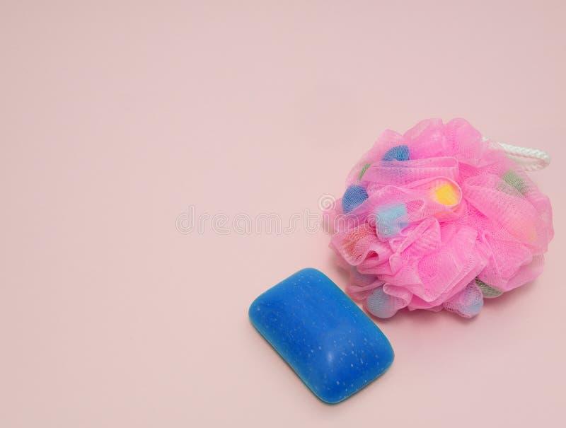 Der Badeschwamm der Frau mit Seife auf rosa Hintergrund stockbild