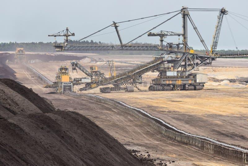 Der Bagger lädt die LKW-Kohle lizenzfreie stockfotos