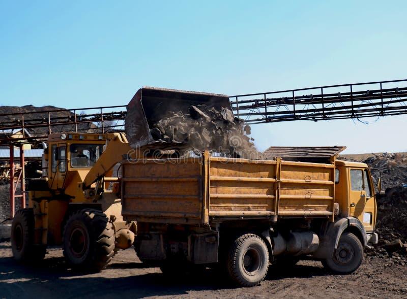 Der Bagger setzt Kohle in den LKW ein lizenzfreie stockfotos