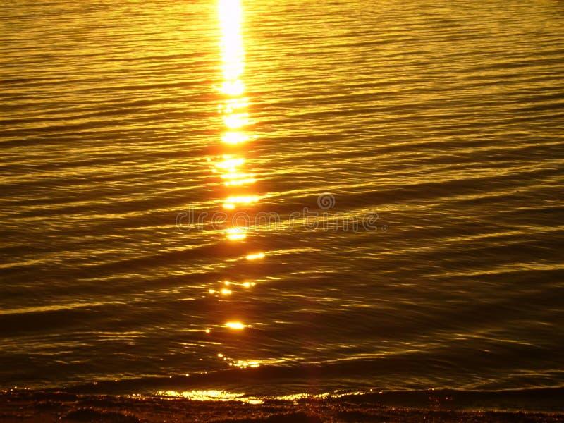 Der Baikalsee auf Sommer Reflexion der Sonne bei Sonnenaufgang lizenzfreie stockbilder