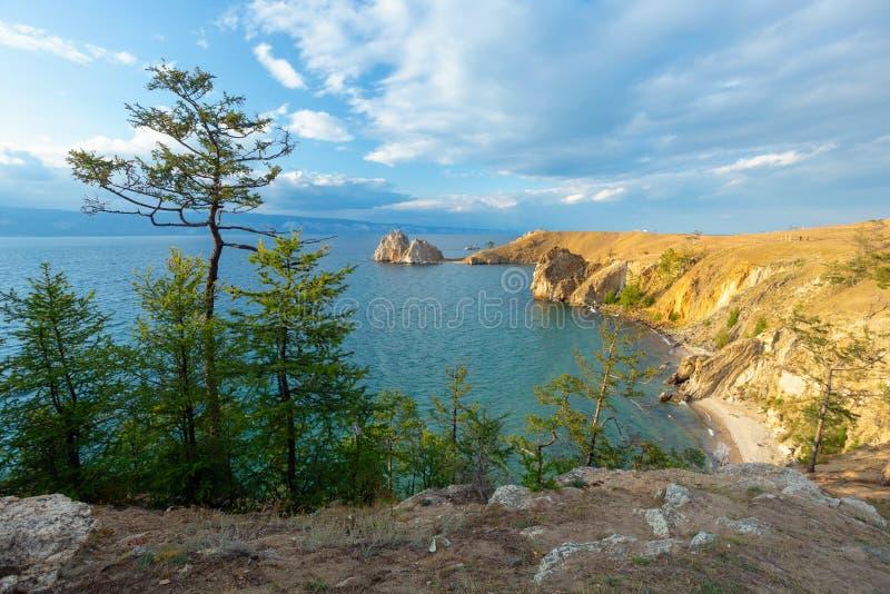 Der Baikalsee im Sommer Insel Olkhon Kap Burhan lizenzfreie stockfotos
