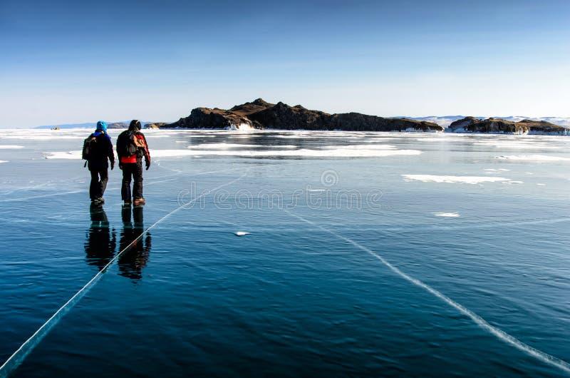 Der Baikalsee wird mit Eis bedeckt und Schnee, starke Kälte, klärt dick blaues Eis Eiszapfenfall von den Felsen Der Baikalsee ist lizenzfreie stockfotografie