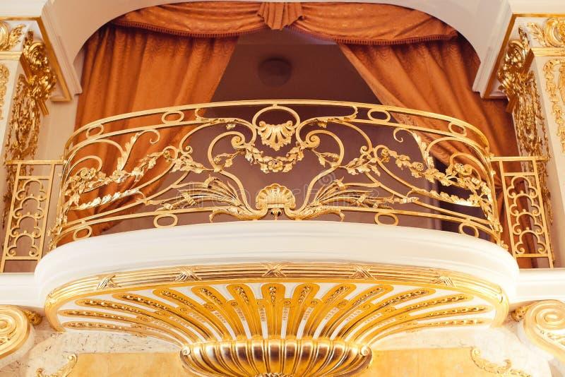 Der Balkon, der mit Gold intern ist, versorgen mit dem dekorativen Goldstuck lizenzfreies stockfoto
